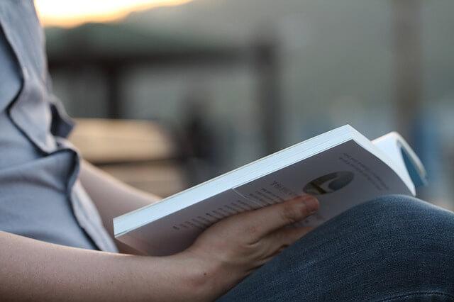 Mann beim Lesen eines Buches