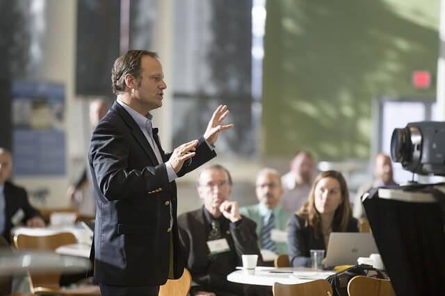Mann bei einem Vortrag