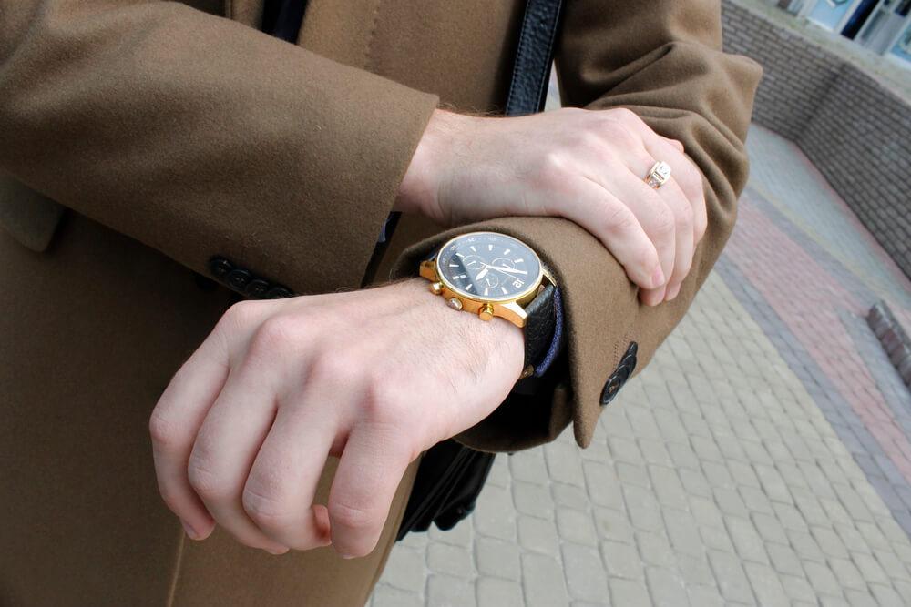 Armbanduhr oberhalb des Handgelenkes