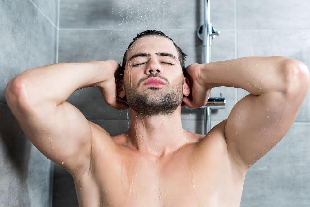 Mann nach dem Duschen